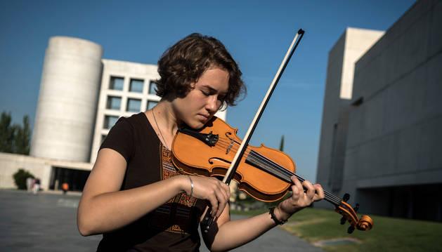 La ucraniana Salomea Slobodian, de 18 años y alumna de 3º de Periodismo y Filosofía, posa con su violín en la Universidad de Navarra.