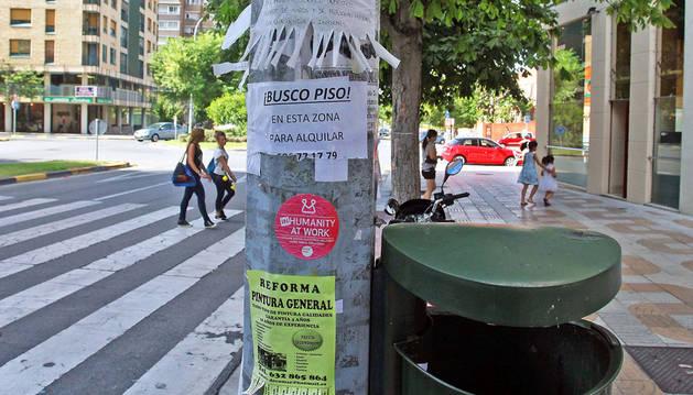 Vecinos en Iturrama piden farolas y fachadas libres de carteles
