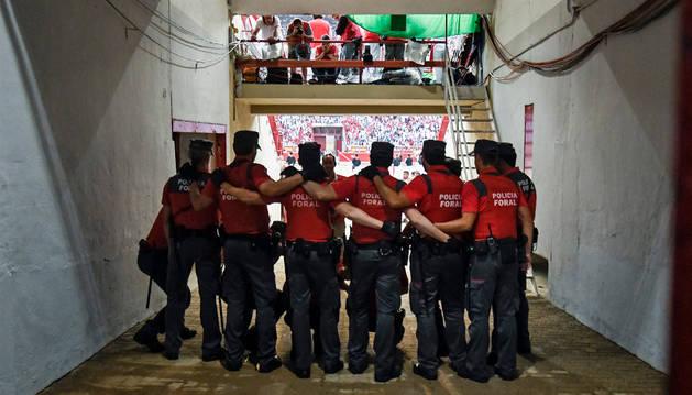 Un grupo de policías forales, en el callejón de la Plaza de Toros antes del encierro de San Fermín del pasado 10 de julio.