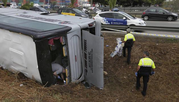 Efectivos de la Guardia Urbana inspeccionan el autobús que transportaba a 23 turistas alemanes.
