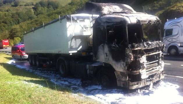 Estado del camión tras el incendio.