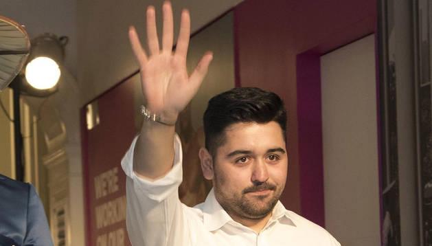 Francisco Sáez saluda al público en la Semana de la Moda de Nueva York.