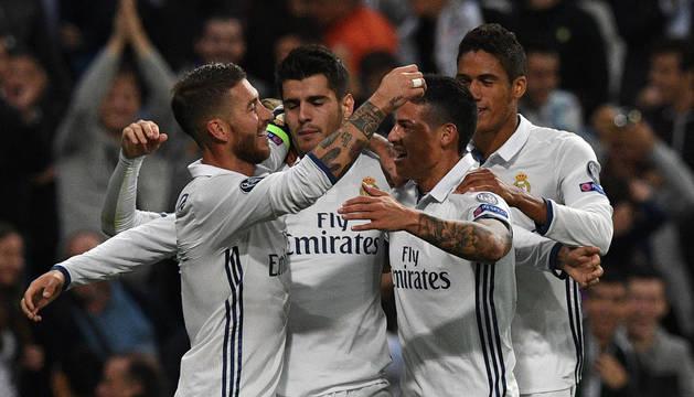 Los jugadores del Real Madrid celebran el gol de Morata.