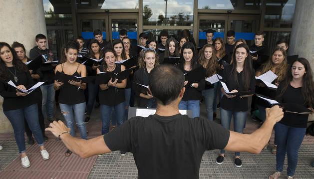 Juan Gainza, dirigiendo ayer la actuación del Coro Juvenil a las puertas del Aulario de la UPNA.