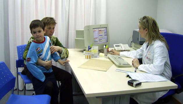 Una madre con su hijo en la consulta del pediatra.