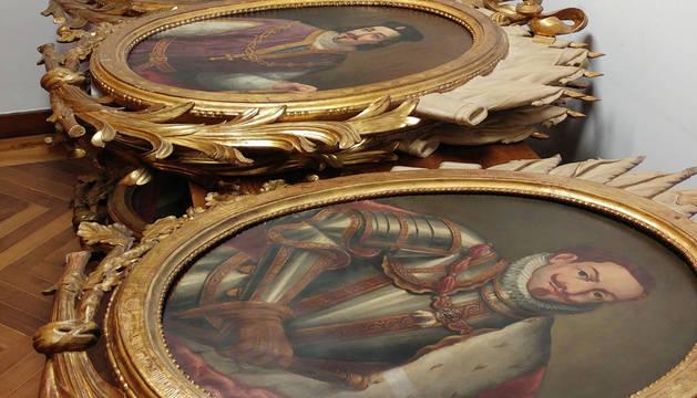 Parte de los retratos reales retirados, amontonados en una sala del consistorio antes de llevarlos al almacén.