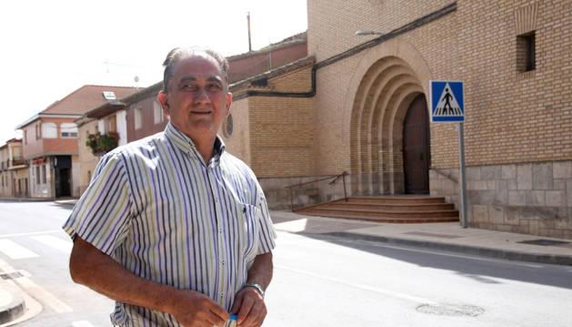 José Antonio Aguado Ariza ante la parroquia de Ribaforada.