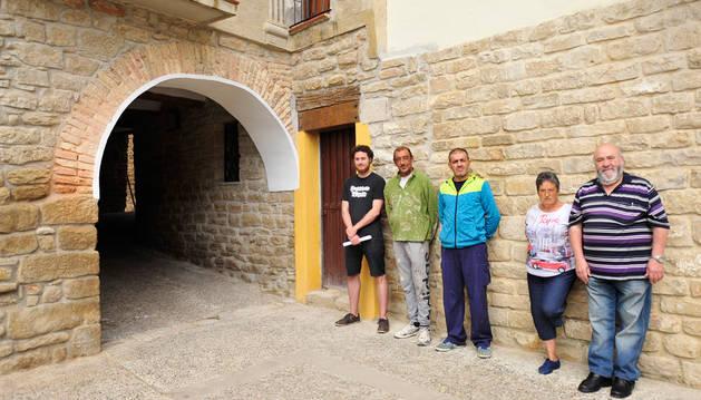 El pasadizo recién remodelado y con la piedra sacada. A su lado, desde la izquierda, Amaiur Esparza, Ignacio Caballero y Mariano Maya, que participaron en el auzolan, junto a los vecinos Mª Luz Bermúdez y Manolo Abínzano.
