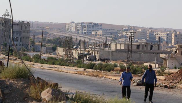 Varias personas caminan por la carretera de Castelo, cerca de Alepo, Siria.