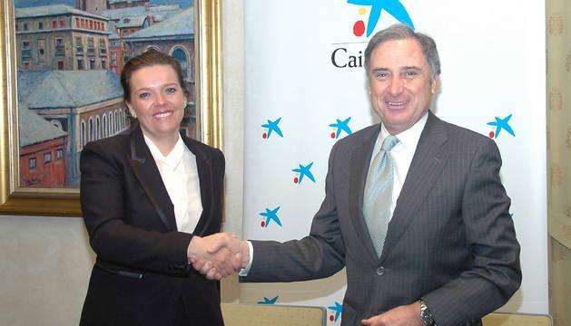 Ana Díez Fontana, directora territorial de CaixaBank, y José Antonio Sarría, presidente de la CEN, tras la renovación del convenio entre ambas instituciones.