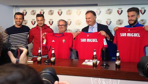 De izquierda a derecha: Miguel Flaño, Sergio León, Luis Sabalza, Carlos Cerbillo y Roberto Torres en la firma del acuerdo