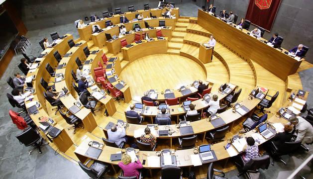 Vista general del pleno del Parlamento foral.