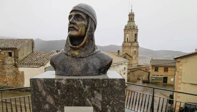 Busto del rey Sancho Garcés I, en Villamayor de Monjardín.  Al fondo, la iglesia de San Andrés Apóstol.