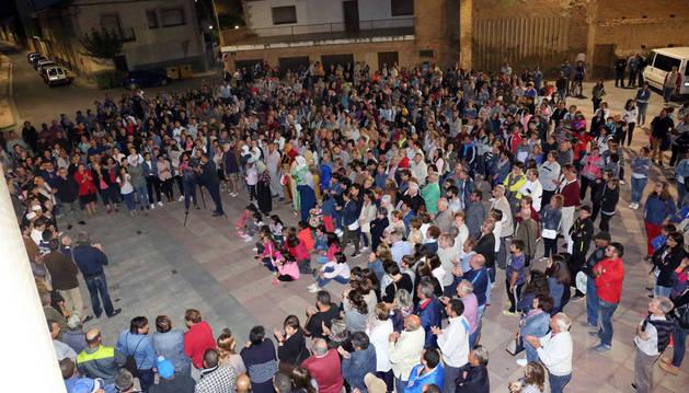 Los asistentes a la concentración de condena de los ataques a iglesias, en la plaza del Ayuntamiento de Ribaforada.