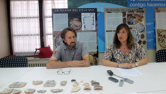 Juanjo Bienes y Silvia Cepas con algunos de los hallazgos de las últimas excavaciones en San Nicolás.