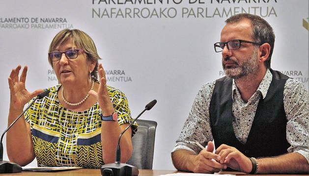 La parlamentaria de I-E Marisa de Simón y el senador Iñaki Bernal, en la rueda de prensa de este viernes.