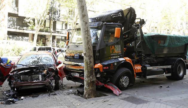 Estado en el que han quedado el camión y uno de los turismo a los que ha arrollado.