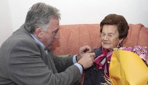 Joseba Asiron felicita a María Úriz Villanueva.