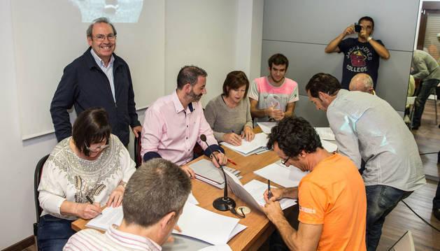 Virgilio Sagüés, presidente de la Fundación Diario de Navarra, de pie, mientras los representantes de asociaciones firman el convenio.