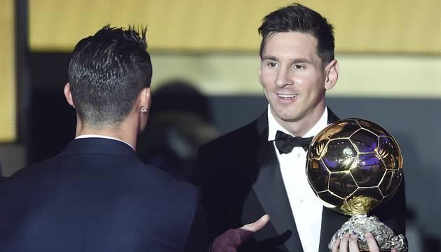 Messi saluda a Cristiano Ronaldo tras recibir el Balón de Oro 2015