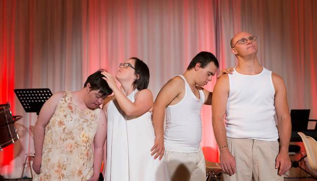 De izda a dcha; los bailarines de la compañía artística 'Atena' Aitziber Aranburu, Hazel Loinaz, Iker San Miguel y Mikel Sola, el martes en el Centro Huarte.