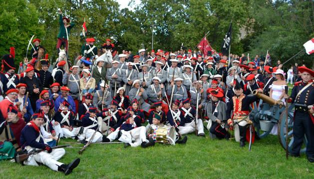Algunos de los casi 200 actores que recrearon a los soldados de ambos ejércitos en la batalla de las Améscoas, escenificada ayer en el parque de los Llanos de Estella.