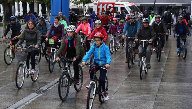 Salida de los ciclistas participantes en la marcha popular desde la Plaza del Castillo.