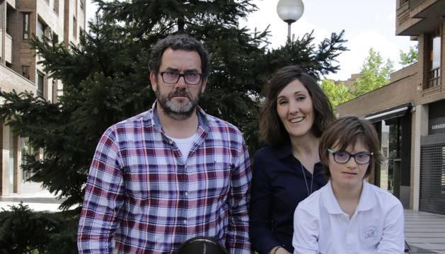 Marcos Beriáin Yoldi, de 12 años y alumno de 1º de ESO en el colegio Nuestra Señora del Huerto, posa con su hermana Carlota, de 10; y sus padres Carlos y Miren Edurne, en el barrio de San Juan.