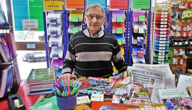 A sus 70 años, José Fernández Valderrey, sigue atendiendo tras el mostrador.