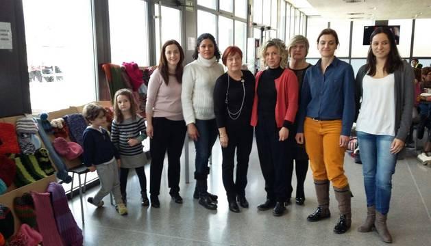 Paquita Valverde, en el centro de la imagen, vestida de negro y con un collar, junto a parte de las mujeres del grupo de punto que han tejido las prendas que se han enviado a Ucrania.