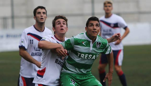 Artaso disputa un balón con un rival durante el partido de ayer en Mutilnova.