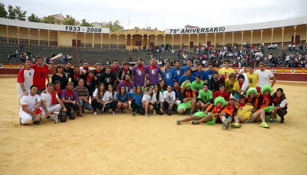 Los integrantes de las ocho cuadrillas participantes en el Grand Prix posaron juntos en el albero de la plaza de toros de Tudela tras la entrega de trofeos.