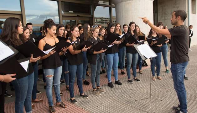 El Coro Juvenil del Orfeón Pamplonés, en su actuación en la UPNA