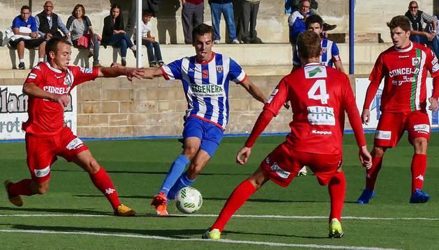 Hinojosa conduce el balón rodeado de tres rivales del Somozas ayer en la victoria del Izarra en Merkatondoa.