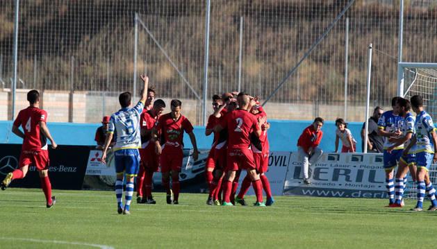 Los jugadores del Tudelano se abrazan tras anotar uno de los cuatro goles conseguidos ayer ante la Arandina en la primera victoria de la temporada para el cuadro ribero.