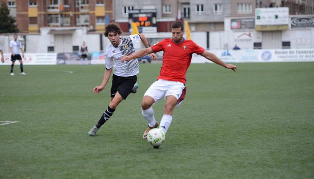 Aritz Eguaras, lateral derecho de Osasuna, trata de impedir el avance de un jugador del Caudal Deportivo en el partido de ayer.
