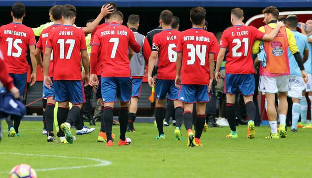 Los jugadores de Osasuna abandonan el terreno de juego tras un partido gris.