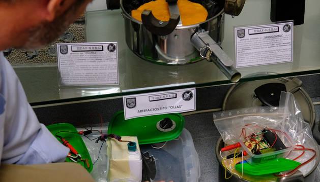 Uno de los agentes de Tedax en Pamplona muestra varias reproducciones de artefactos tipo 'ollas' y los explosivos que solían introducir los terroristas en ellos.