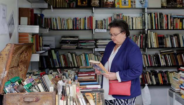 Los libreros invitan al público a adentrarse en las casetas para buscar los ejemplares.