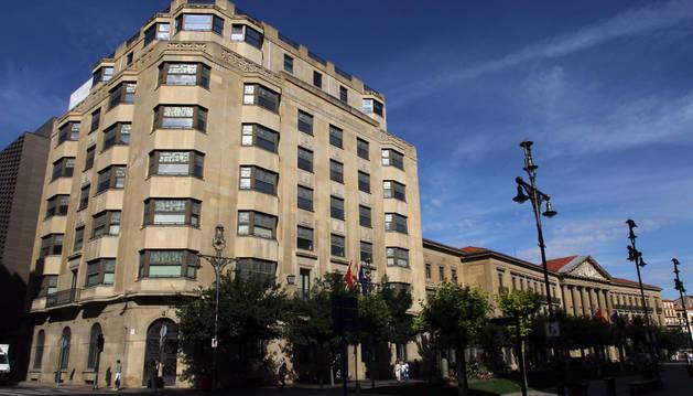 Edificio de la Hacienda foral, en primer plano, en la avenida Carlos III, junto al Palacio de Navarra.