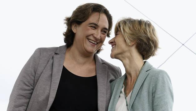 La alcaldesa de Barcelona, Ada Colau (i) y la candidata a lehendakari de Elkarrekin Podemos, Pili Zabala (d).