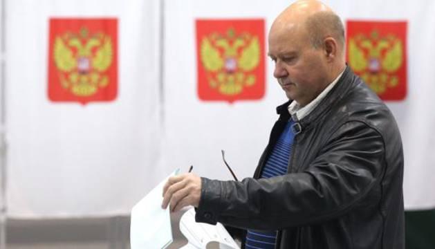 Un hombre votando en Moscú.