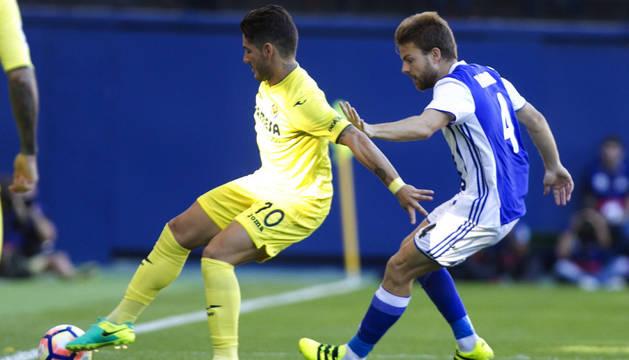 El jugador de la Real Sociedad Illaramendi d., y Pato,iz., del Villarreal,d.,durante el partido de la cuarta jornada de LaLiga.
