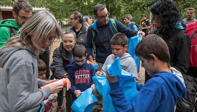 Para la recogida de residuos del río se repartieron bolsas de basura a todos los voluntarios.