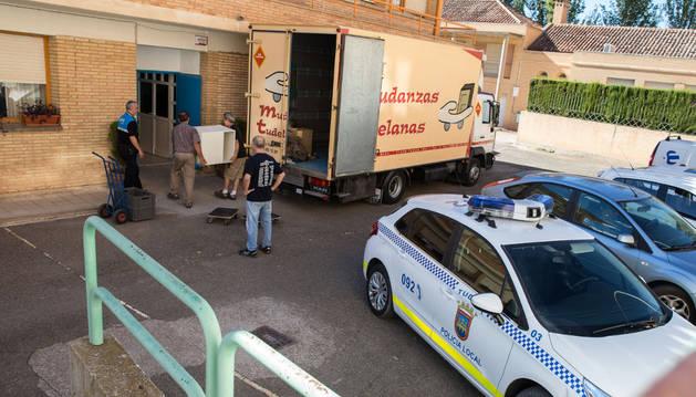Trabajadores seguían trasladando ayer por la tarde los últimos enseres desde la antigua comisaría.