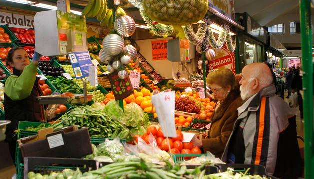 Puesto de fruta y verdura en el Mercado del Ensanche de Pamplona.