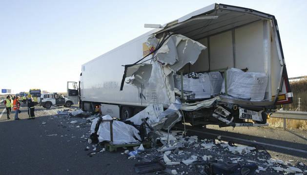 Un camión y un autobús han colisionado cuando circulaban por la autovía A-15.