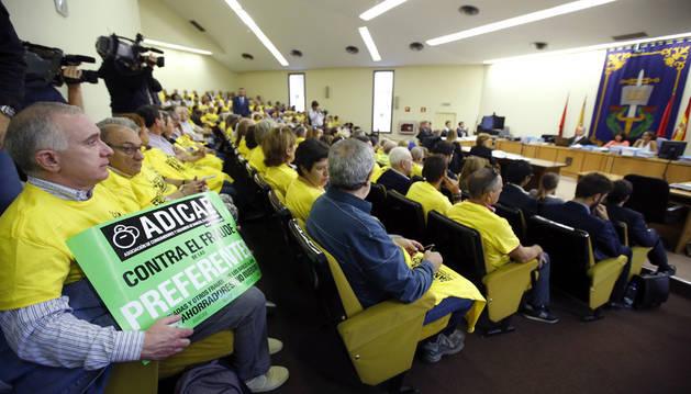 Algunas personas afectadas por el caso de las preferentes de Caja Madrid, durante la última vista del juicio celebrada este lunes.