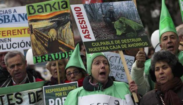 Protesta de un grupo de preferentistas de Caja Madrid.