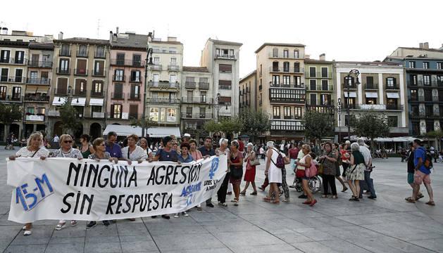 concentración convocada esta tarde en la Plaza del Castillo de Pamplona por Andrea, Lunes Lilas y Gafas Moradas, ante el comienzo de las declaraciones de los acusados de una violación en grupo durante los sanfermines de 2016